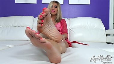 Nikki Ashton - Slow Stroking For Toes And Soles - Mature MILF Feet JOI