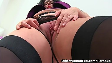 English milf Sassy dildos her wet fanny