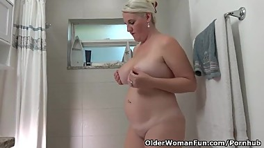 Florida milf Anna Moore loves taking a hot shower