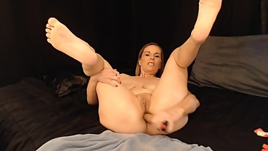 Kinky Milf Stretches her Cunt
