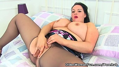 British milf Devon Breeze fingers her fine fanny