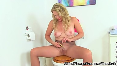 British milf Abi works her nyloned fanny on toilet