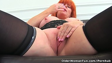 English milf Ginger Tiger fingers her wet fanny