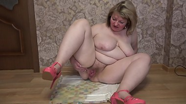 Thick busty milf with hairy pussy pissing on the floor, fetish.