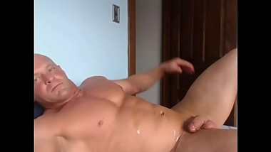 Cumshot on muscular bodybuilder live on Cruisingcams com