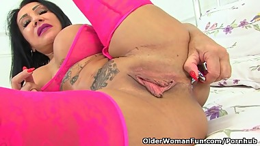 UK milf Nicole wraps her huge fanny lips around a dildo