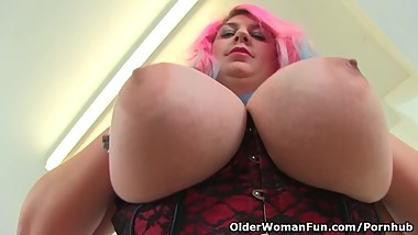 English BBW milf Kiki Rainbow fucks a dildo