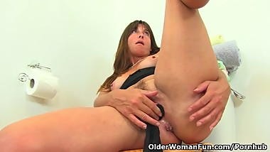 English milf Lelani stuffs her tights into her fanny