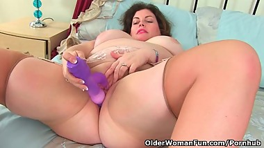 British milf Vintage Fox lets us enjoy her generous body