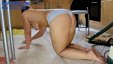 MATURE MILF MOM WIFE TOPLESS CLEANING THE HOUSE