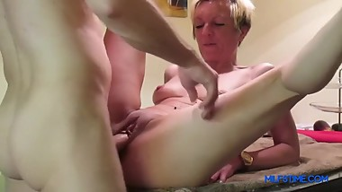 Mom squierts after getting roughly fucked on table