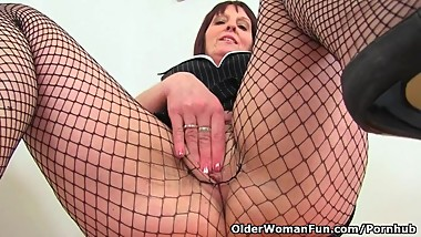 British milf Beau dildos her cunny in the bathroom