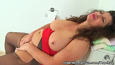 English milf Gilly fingers her fanny in bathroom