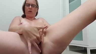 Milf playing in bathroom and cum loads