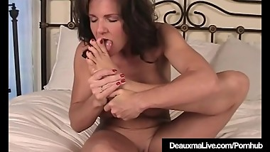 Texas Cougar Deauxma Gets Naked & Shows Off Her Feet & Soles