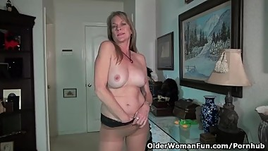 American milf Lucky rubs one out on the floor