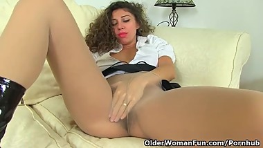 French milf Chloe pleasures her pantyhosed pussy