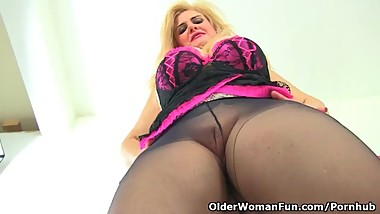 Euro milf Musa gives her pink hole a dildo treat