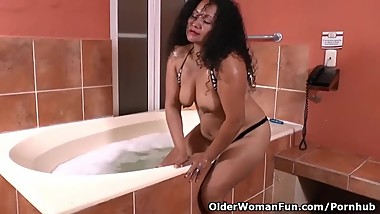 Latina milf Sharon gets turned on in bathtub