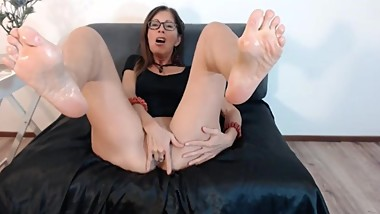 mature slut shows oiled wrinkly soles and pussy on webcam