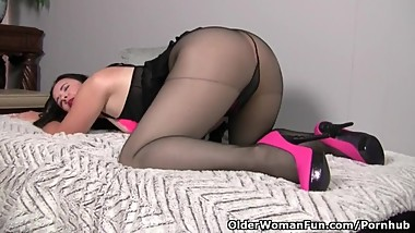American milf Pink dildo fucks her mature pussy