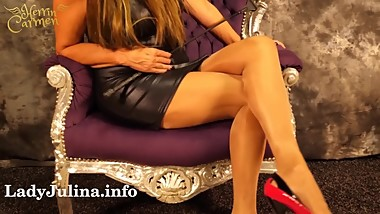 Herrin Carmen zeigt Nylon Legs Shiny Pantyhose Heels Wetlook Mature Domina