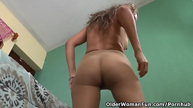 Latina milf Susana gets all excited in new nylon