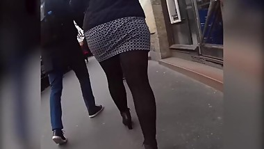 Spycam brunette MILF in tight miniskirt-pantyhose walks while ass exposed !
