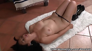 Latina milf Bella needs to unwind after a busy day