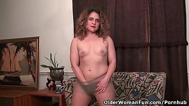 American milf Vanessa Jones plays with her hairy pussy