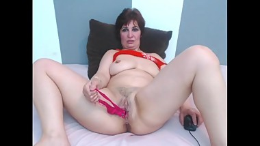 Mature stuffs her pussy with panties