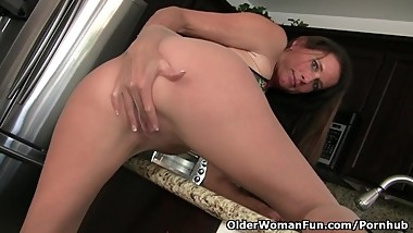 American milf Sofie spreads her nyloned legs